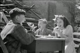 children-eating-lunch