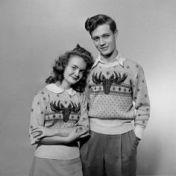 novelt-sweater-teen-couple